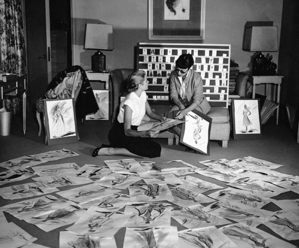 Grace Kelly y Edith Head, con los bocetos de Atrapa a un ladrón.