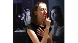El silencio de un dedo. A Ouka Leele. Artículo editorial de junio por Txaro Cárdenas. Sobre la exposición Aliadas: Mujeres que cambiamos el mundo. Madrid.