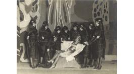 Posado del elenco de El maleficio de la mariposa, con la Argentinita en el papel de Mariposa. Marzo de 1920.