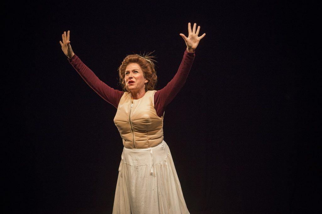 Pilar Gómez en Emilia, en el Teatro del Barrio.